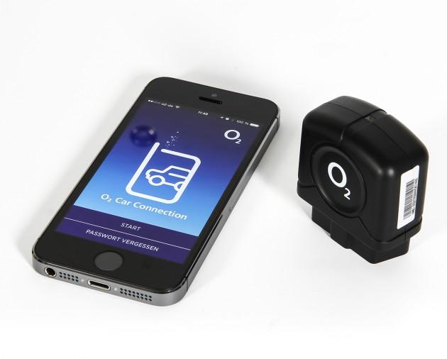 Apple iPhone 5s und o2 Car Connector. Der o2 Car Connector wird mit dem OBD-II-Port des Autos verbunden und sendet fortan Daten an die Cloud.