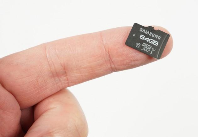 microSD auf Finger
