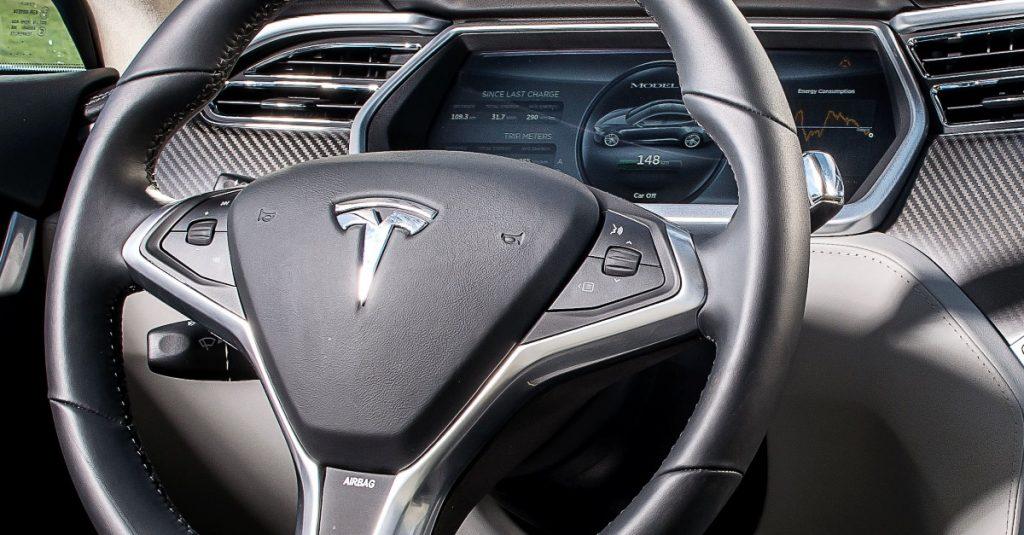 Einfach mal loslassen: Fahren mit dem Tesla Autopilot