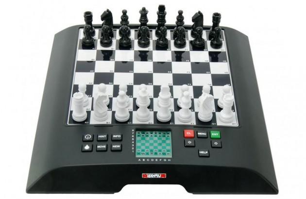 Viel Plastik, aber recht hohe Spielstärke und ein recht geringer Einstiegspreis: Der ChessGenius von Millenium füllt eine Lücke.