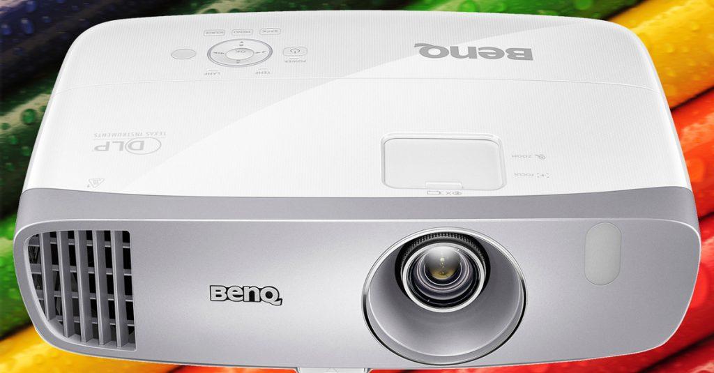 Full-HD-Beamer BenQ W1110 mit Brilliant Color, Lens Shift und CinemaMaster Audio+