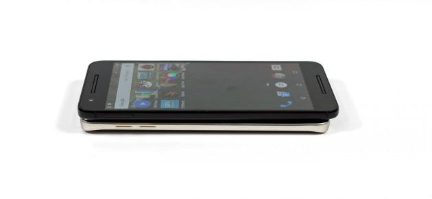 Vergleich: Oben das Google Nexus 6P, darunter liegt das Samsung Galaxy Note 5.