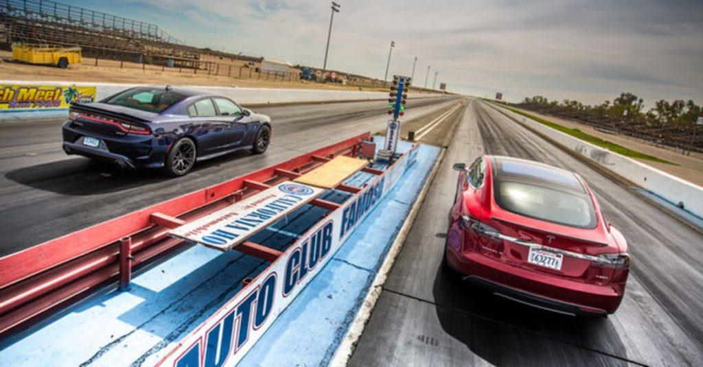 Video: Der Tesla S P85D lässt die meisten Sportwagen alt aussehen!