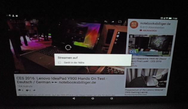 Das Foto gibt es schlecht wieder, aber der Pico-Beamer im Lenovo Yoga Tablet 3 Pro liefert in dunkler Umgebung und nicht zu großer Entfernung ein scharfes und farbenfrohes Bild.