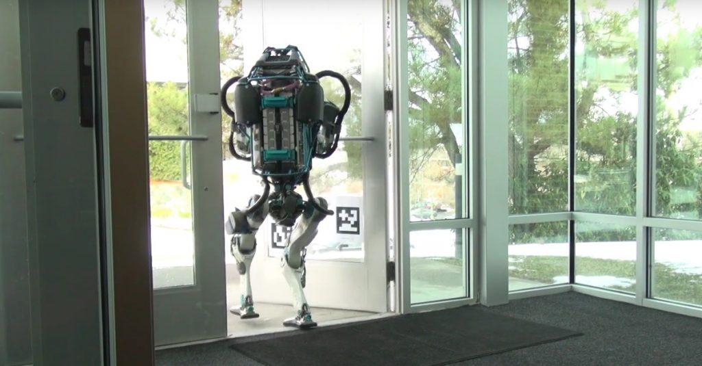 Boston Dynamics' humanoider Roboter gibt sich bei der Arbeit stoisch