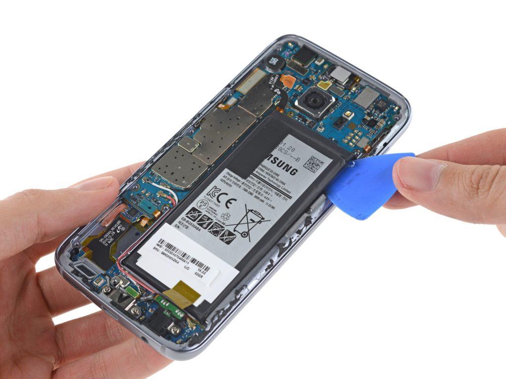 Schwer zu reparieren: Samsung Galaxy S7 auseinander genommen