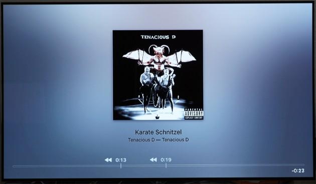 Sobald das Apple TV 4 die Albumcover-Ansicht anzeigt, kann man die Musikwiedergabe mit der Siri Remote steuern.