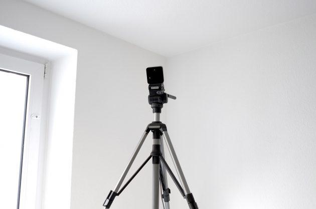 Die Kamera-Sensoren der HTC Vive haben wir auf Stative montiert. Eines wanderte auf einen Tisch, um die richtige Höhe zu erreichen.
