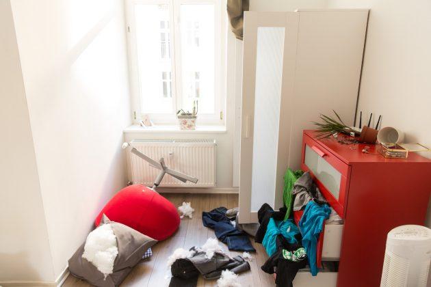 Smart Home Alarmsystem Verwuestetes Zimmer