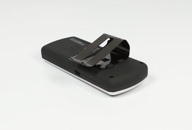 Test Technaxx Bluetooth KFZ-Freisprecheinrichtung BT-X22 Rueckansicht mit Clip schraeg