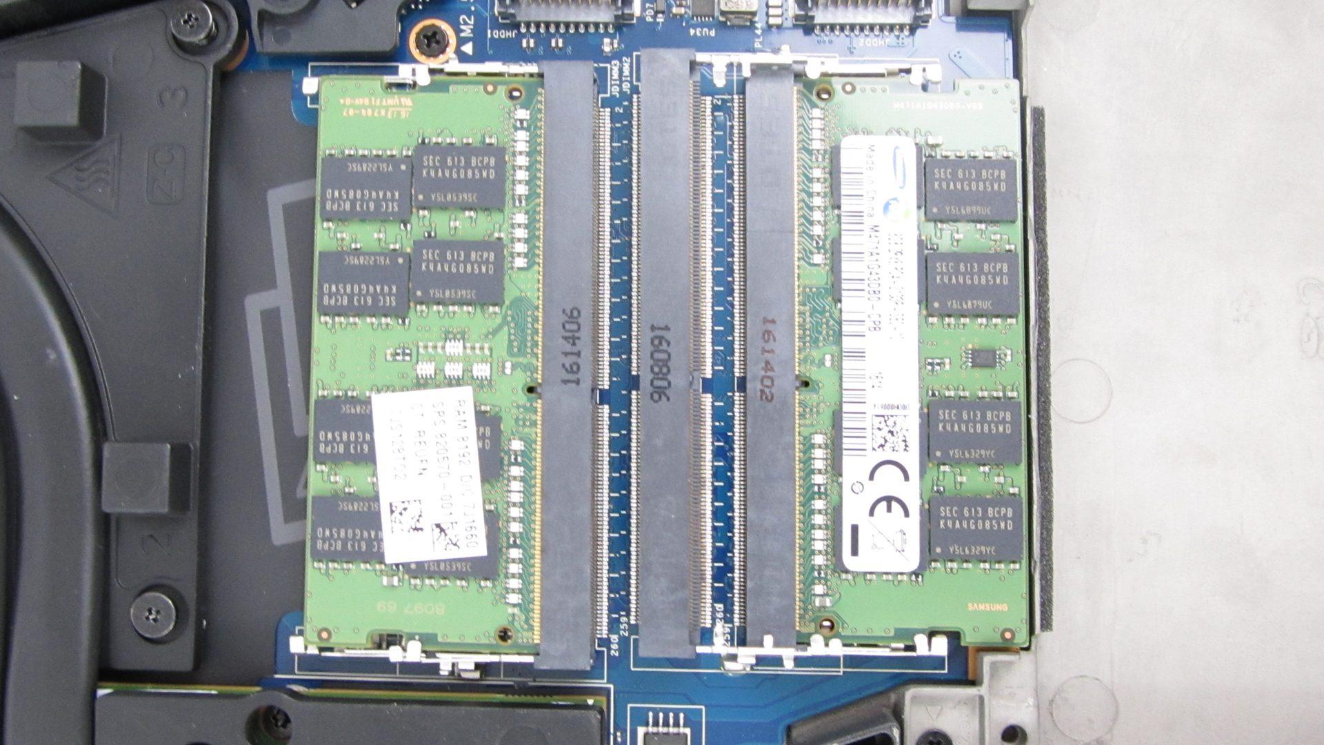 RAM-Sockel (2 x frei / 2 x mit 8 GB belegt)