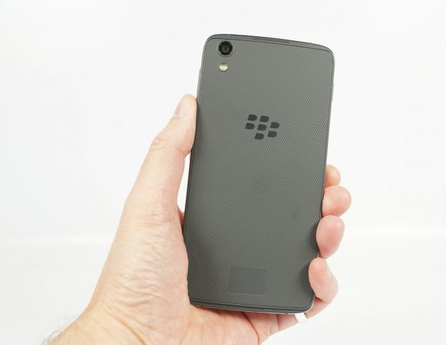BlackBerry DTEK50 Rueckseite in Hand