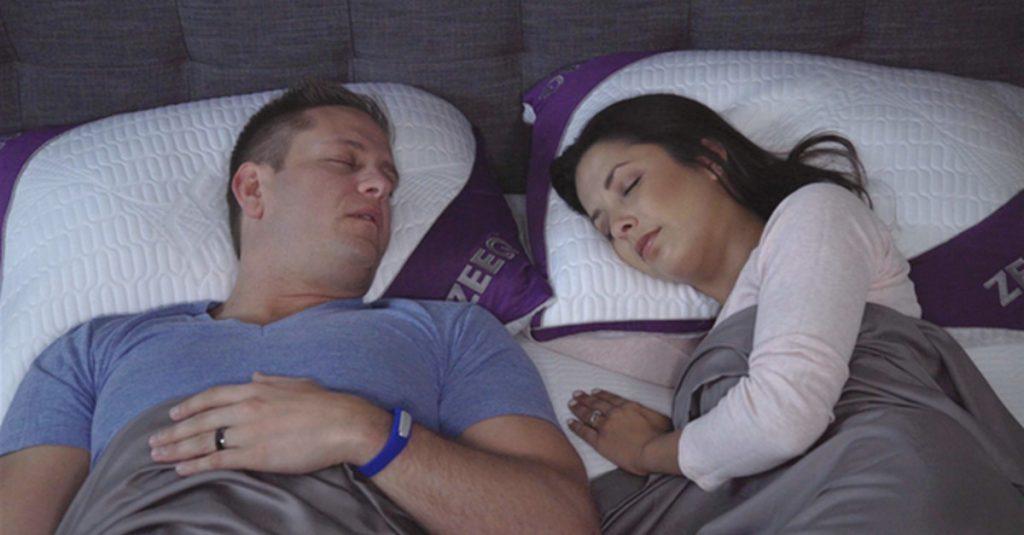 Zeeq: Smartes Kopfkissen wiegt in den Schlaf und stoppt das Schnarchen