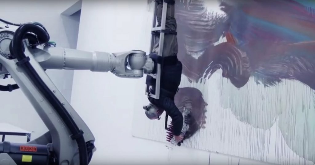 Bodypainting mal anders: Roboter benutzt Künstler als Pinsel