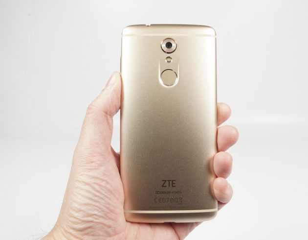 zte-axon-7-mini-rueckseite-in-hand