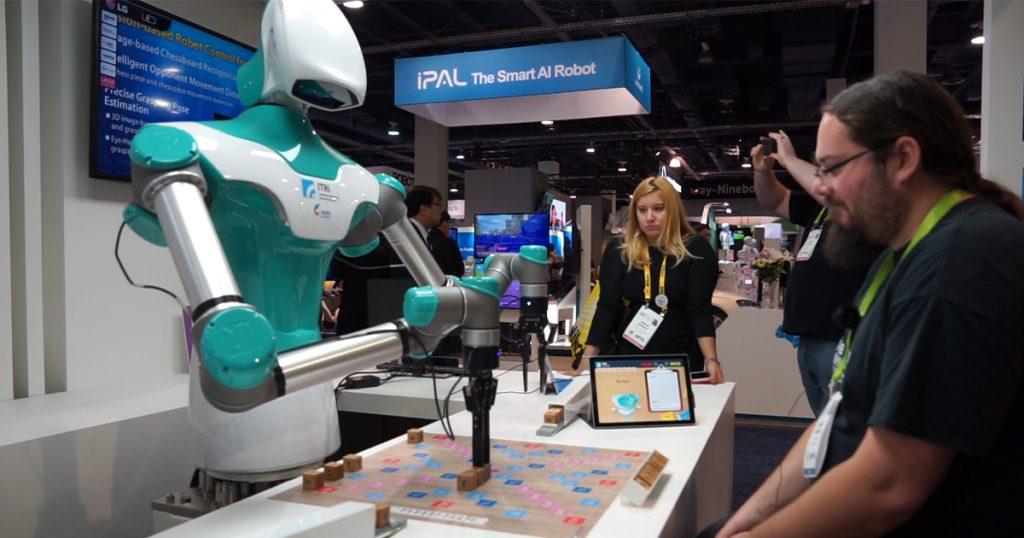 CES 2018: Scrabble Roboter macht dich erst rund und feiert dich dann aus