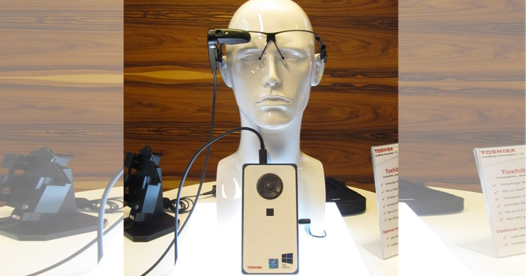 Toshiba DynaEdge DE-100 – Erster mobiler Edge Computing PC mit Assisted Reality Smart Glasses