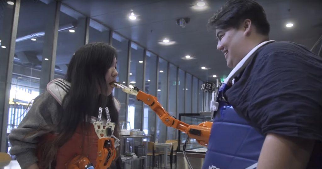 Dieser Roboterarm füttert euch beim Zocken