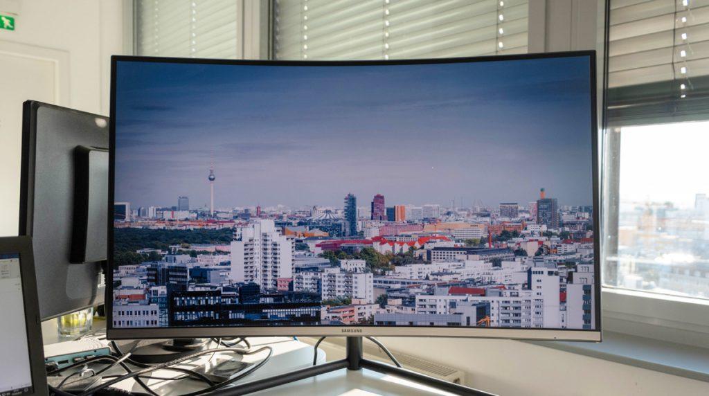 Samsung U32R594CWU: Schlanker UHD-Monitor mit schönen Farben