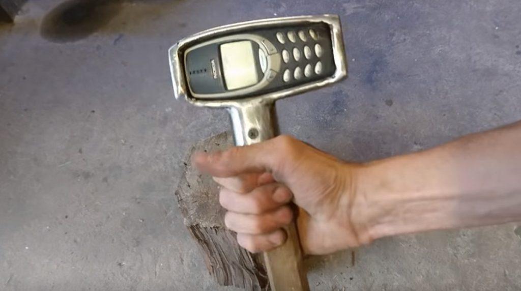 Zweites Leben: Das Nokia 3310 wird zum Hammer