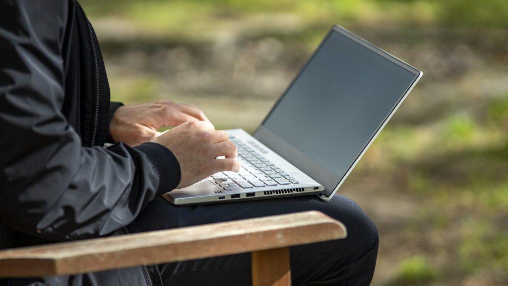 ASUS ROG Zephyrus G14 Gaming Laptop Notebook AMD Ryzen 4000 Draußen