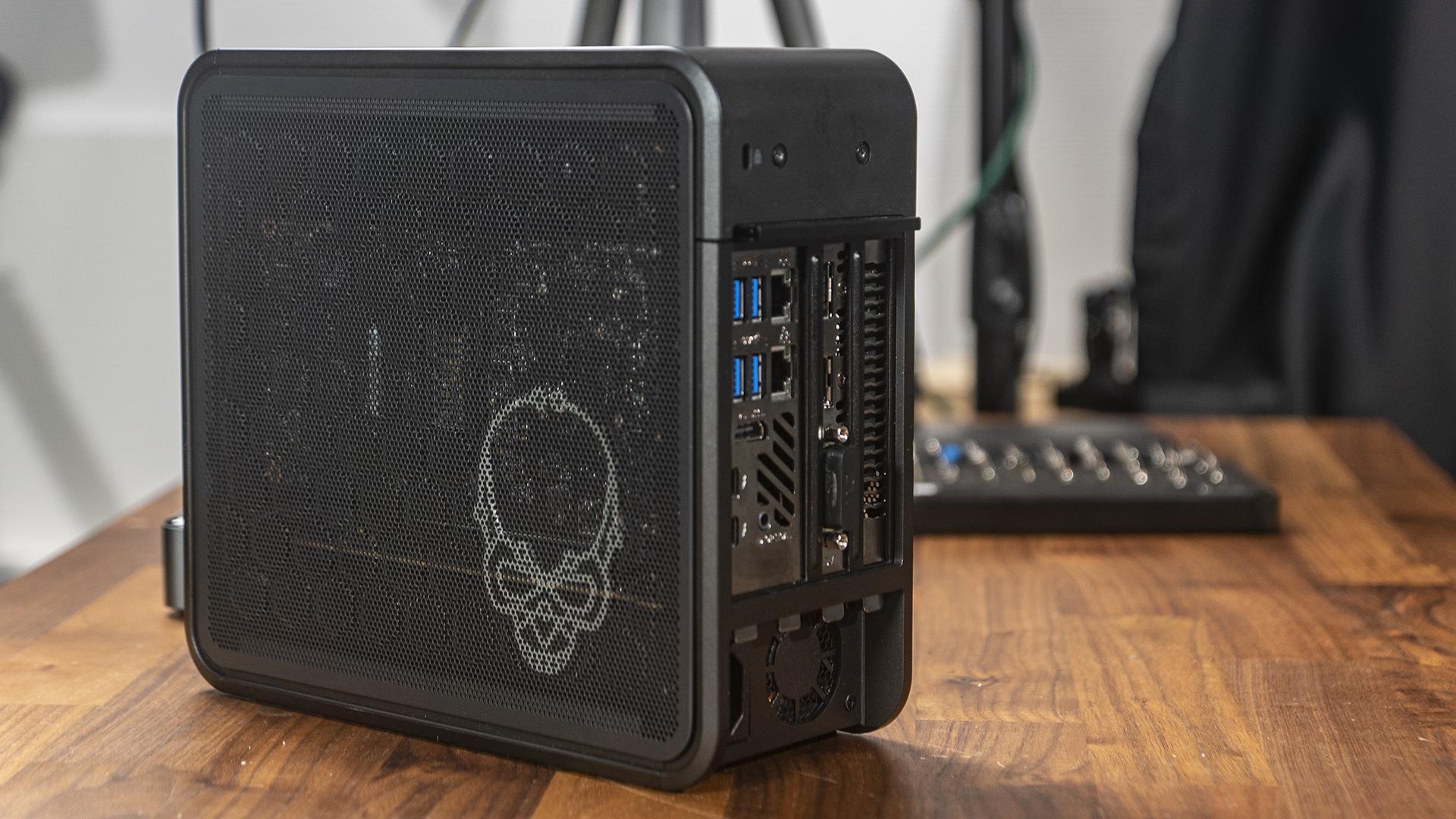 Ghost Canyon Intel NUC 9 Extreme SSD Rückseite geschlossen