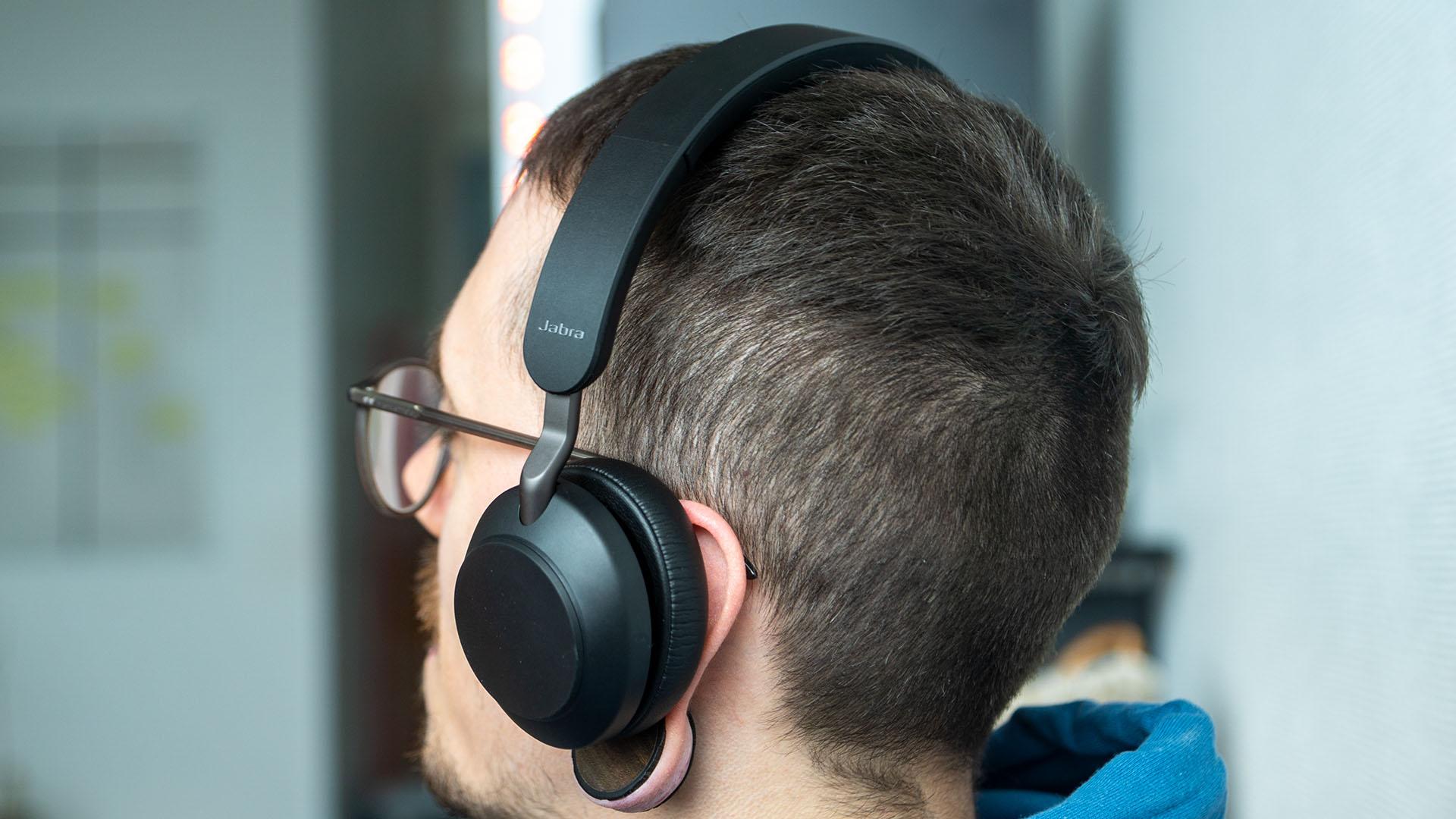 Jabra Evolve2 65 Lifestyle aufgesetzt Musik