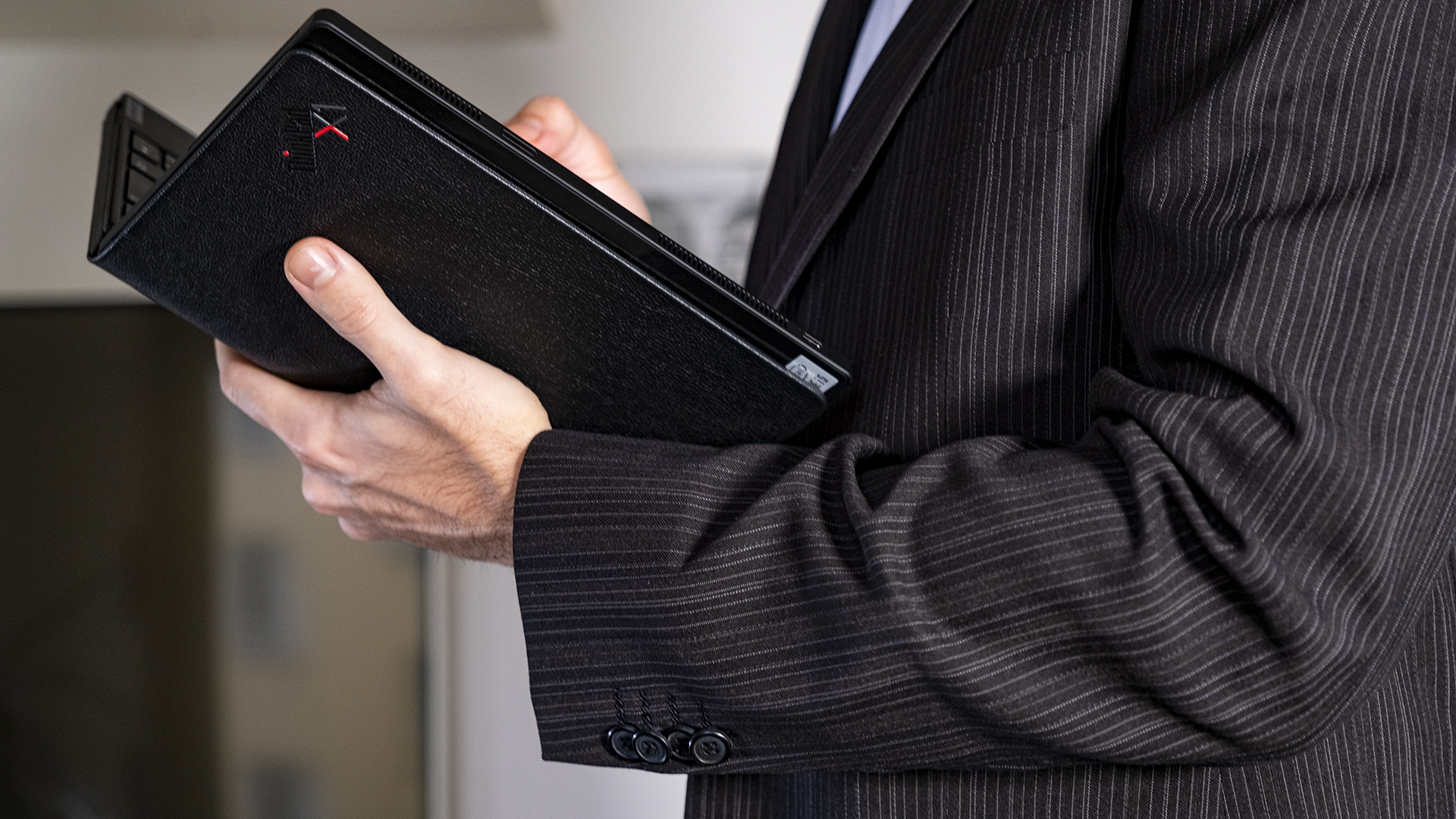 Lenovo ThinkPad X1 Fold geöffnet Seite Anzug