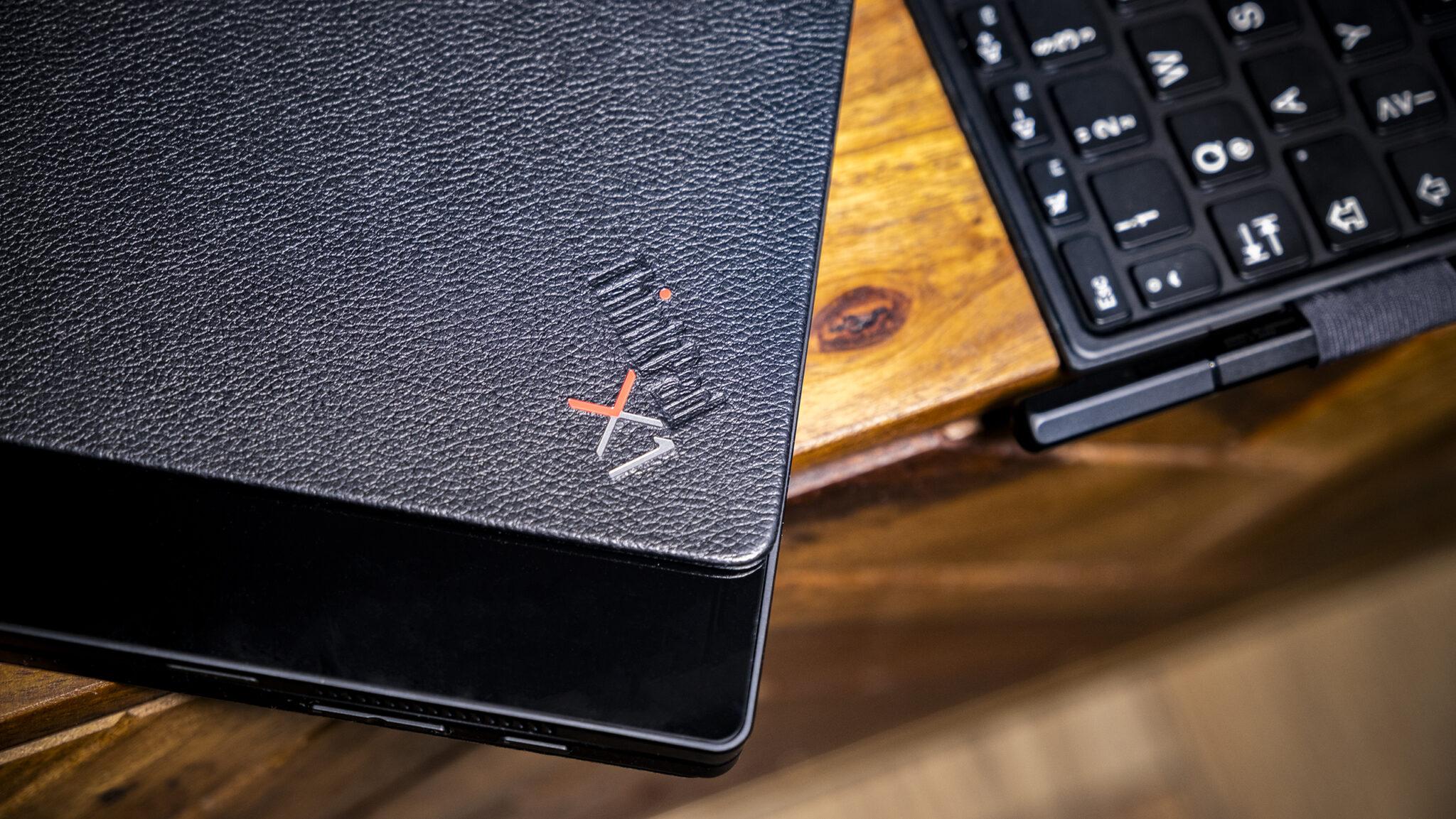 Lenovo ThinkPad X1 geschlossen Detail Kontrast Holz