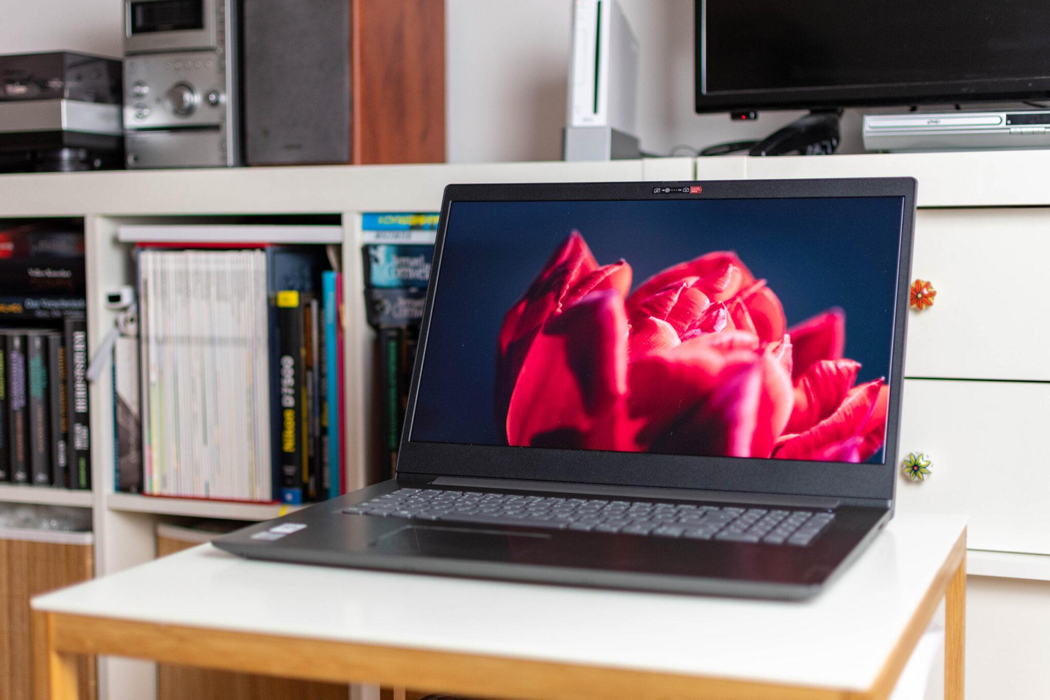 Das Lenovo V17 besitzt ein helles und farbgenaues Display