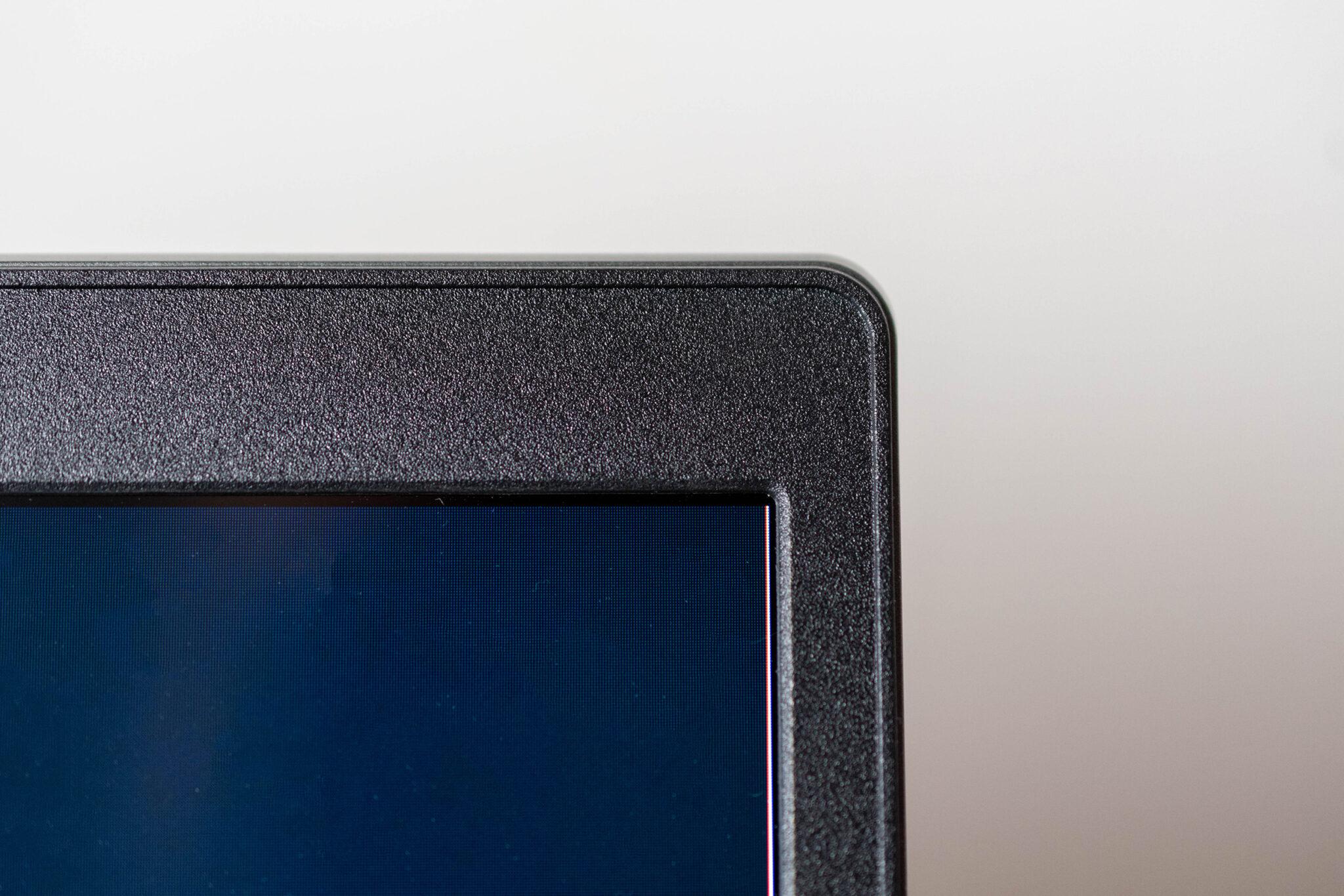 Die Displayrahmen des Lenovo V17 sind schlank