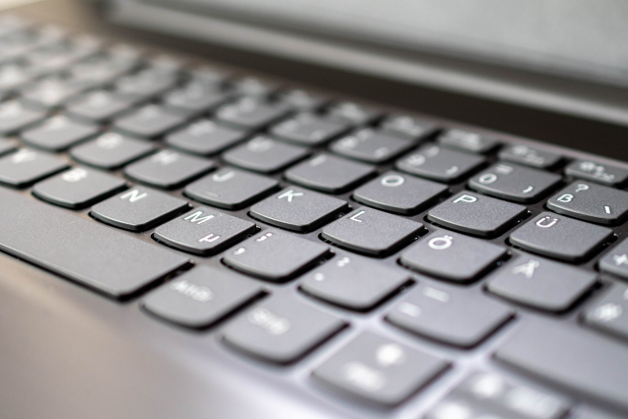 Die Tastatur des Lenovo V17 bietet relativ wenig Widerstand und ein weiches Tippgefühl