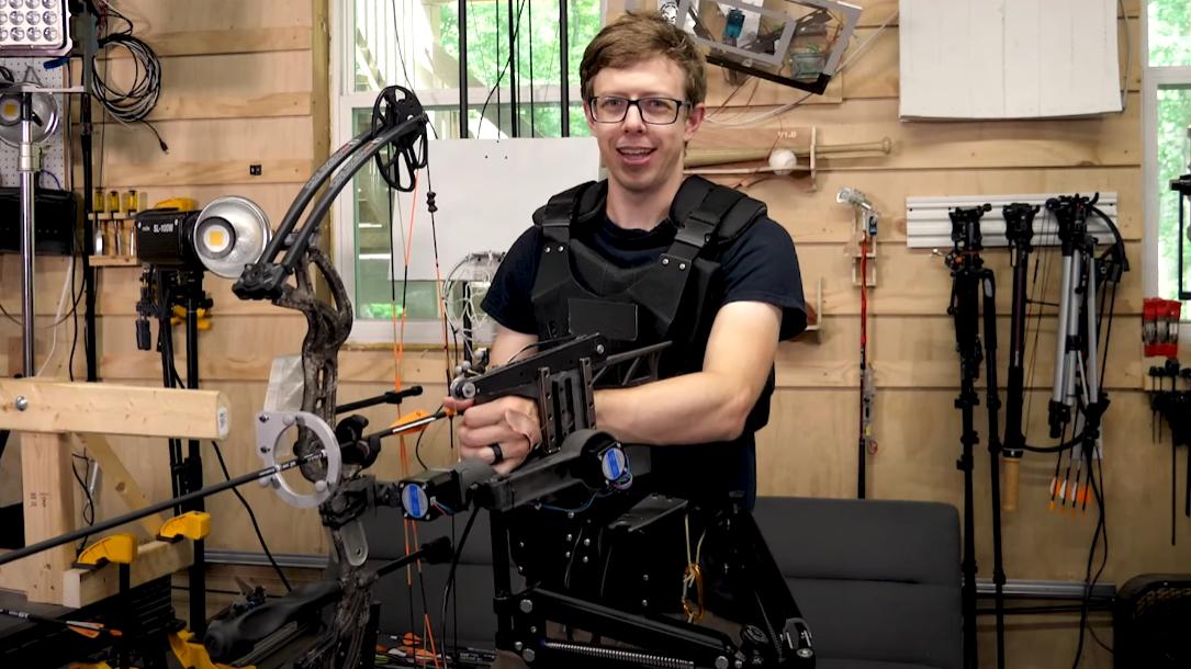 Aim-Bot: YouTuber bastelt einen smarten zielsuchenden Bogen